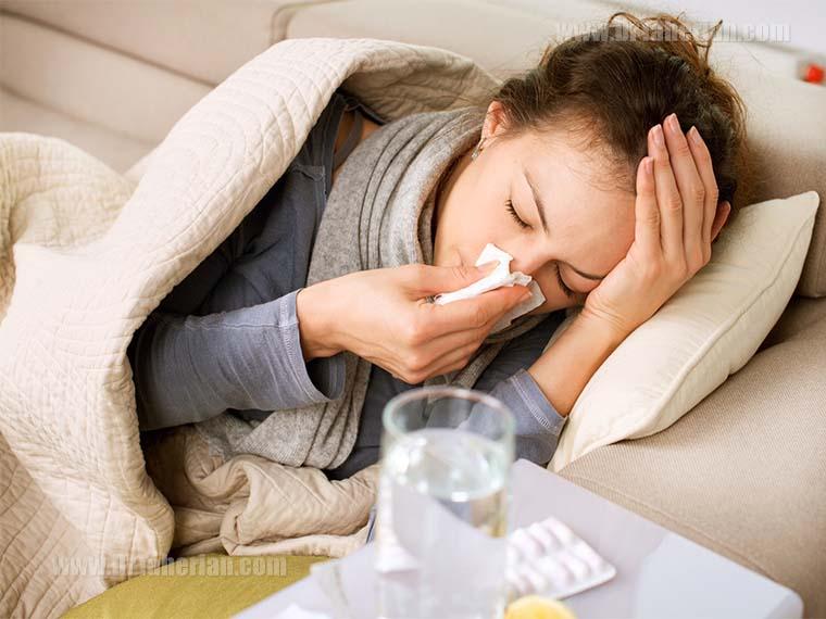 تصویر یک زن با علائم بیماری آنفولانزا