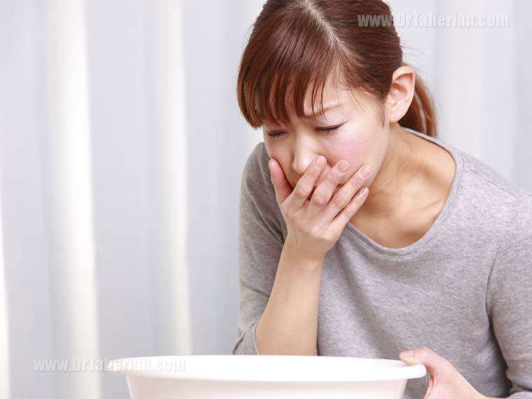تصویر یک زن در هنگام حالت تهوع